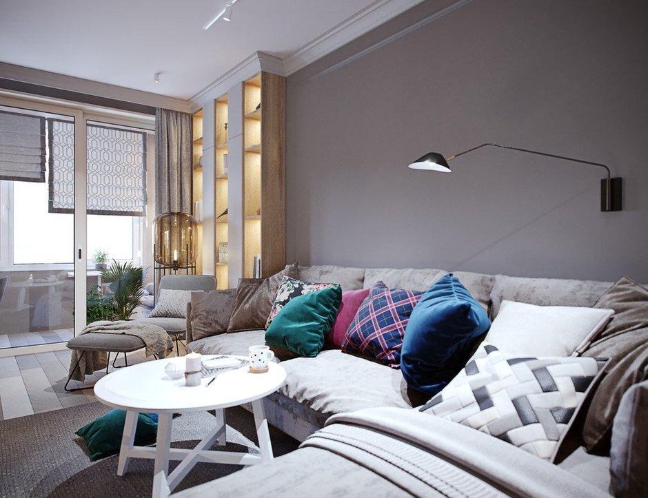 Нежность серо-бежевой гаммы комнаты немного разбавили диванные подушки с яркими летними цветами.