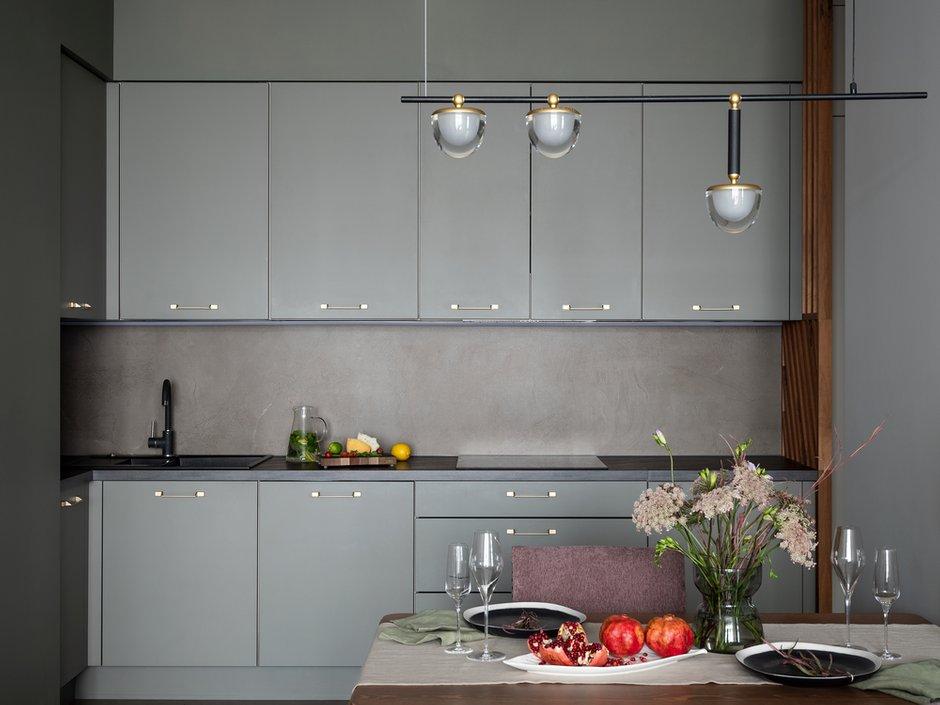 Кухонные фасады — это эмаль под покраску. Рейки — шпон ореха с заболонью. Столешница — из пластика.