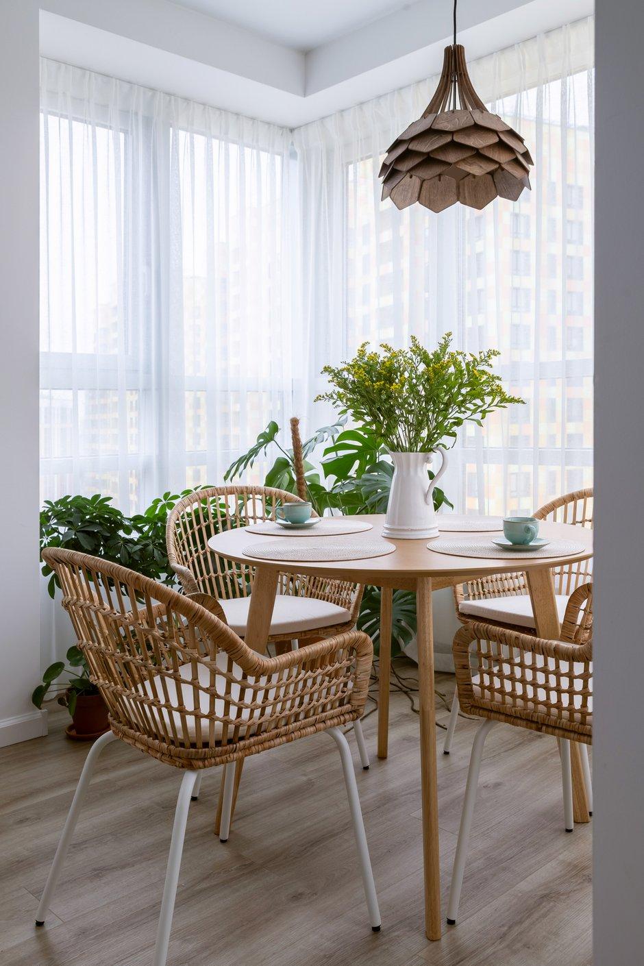 Плетеные кофейные столики в гостиной и плетеные стулья в обеденной зоне добавляют этнического стиля в интерьер.