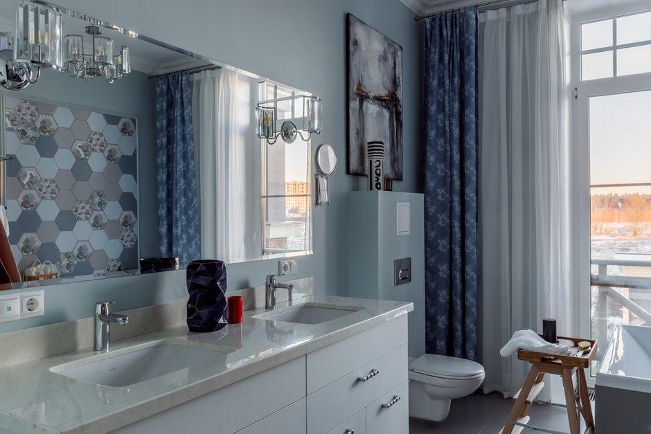 В санузле также сочетали покраску и керамическую плитку, большую ванну расположили вдоль окна.