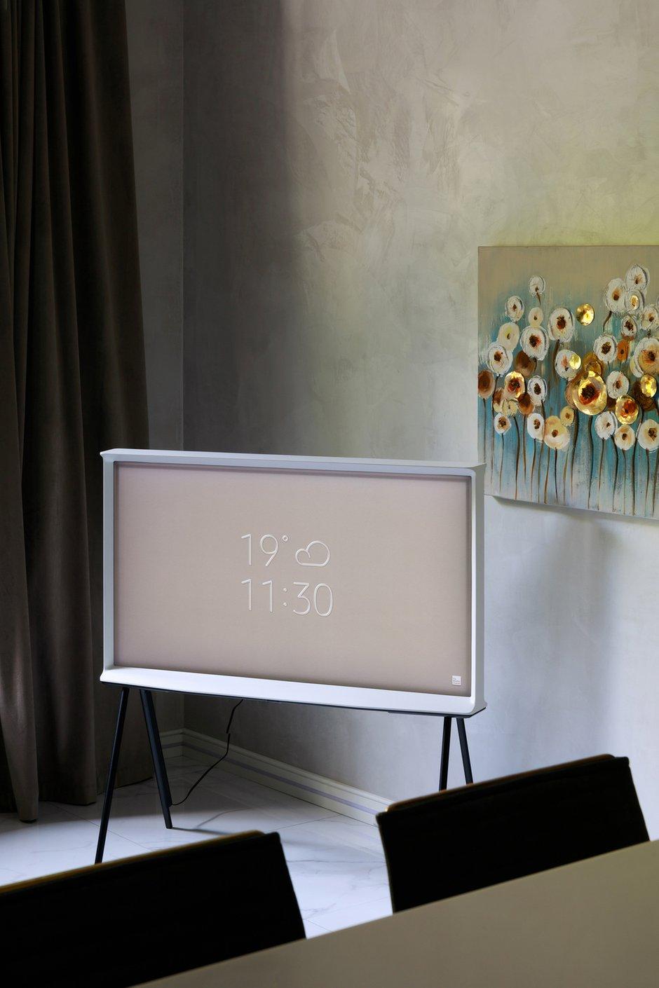 Фотография: Гостиная в стиле Современный, Квартира, Проект недели, Samsung, 3 комнаты, 40-60 метров, интерьерный телевизор, the serif, Оксана Нечаева – фото на INMYROOM