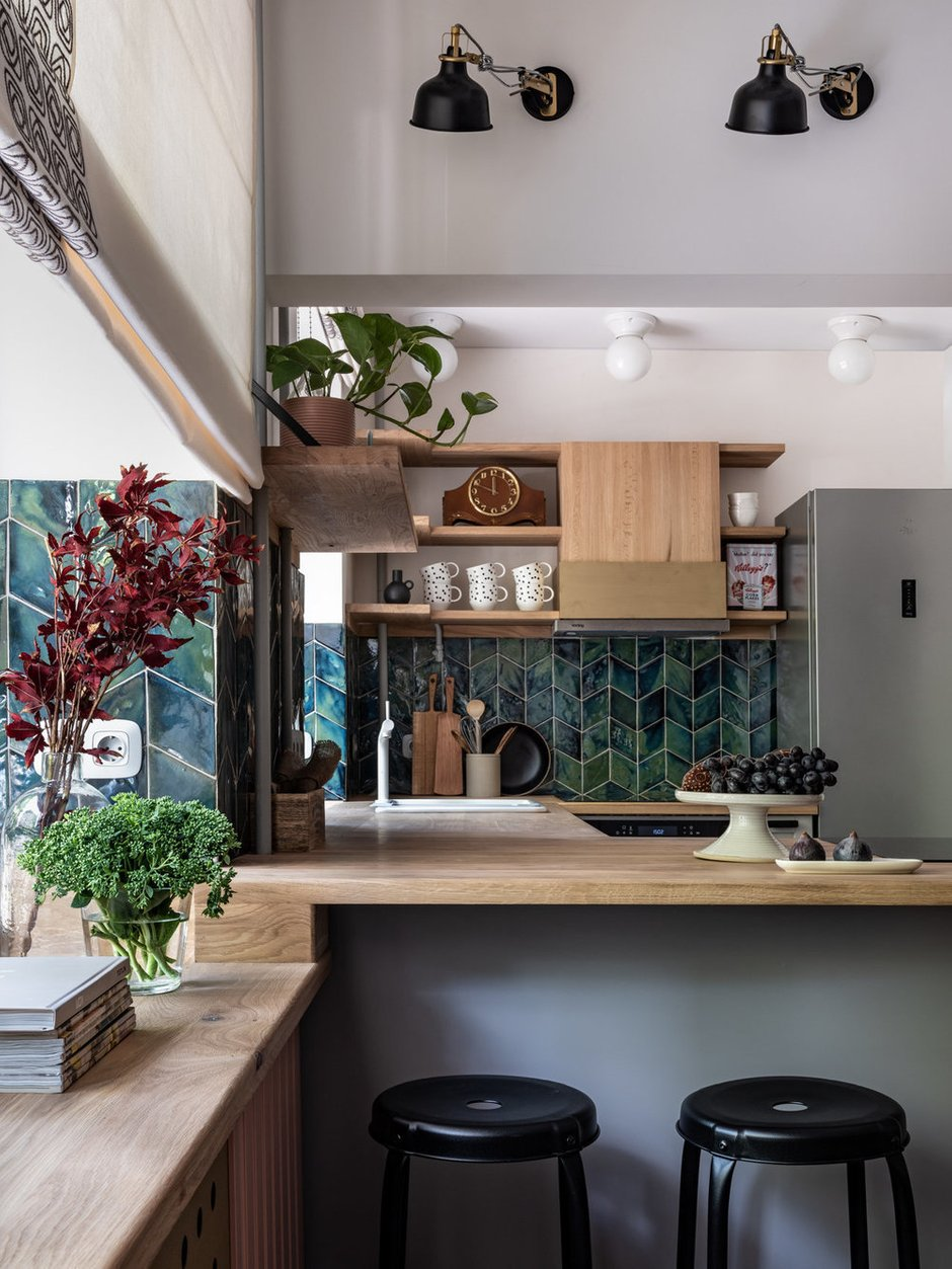 Для мастер-классов необходимы были большая и удобная кухня с двумя варочными поверхностями и разнообразной техникой и видеопроектор.