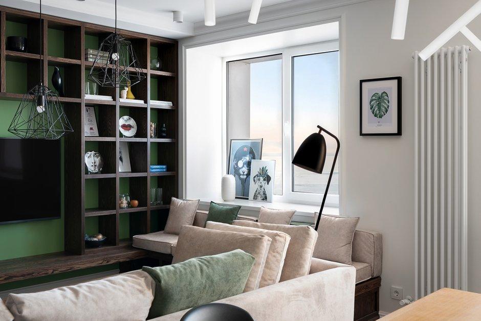 Гостиная создана для приятного времяпровождения с семьей и друзьями: большой диван с мягкими подушками, дополнительное уютное сиденье под окном, глубокое кресло, интересный дизайнерский свет — можно провести время за разговорами, можно удобно расположиться и почитать.