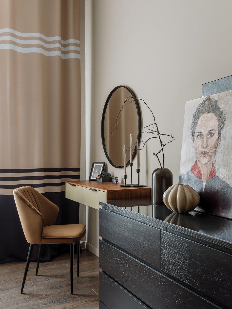 Кровать сделана на заказ. Подвесной туалетный столик SK Design и вместительный шкаф-купе ИКЕА отлично вписались в цветовую палитру этой комнаты.