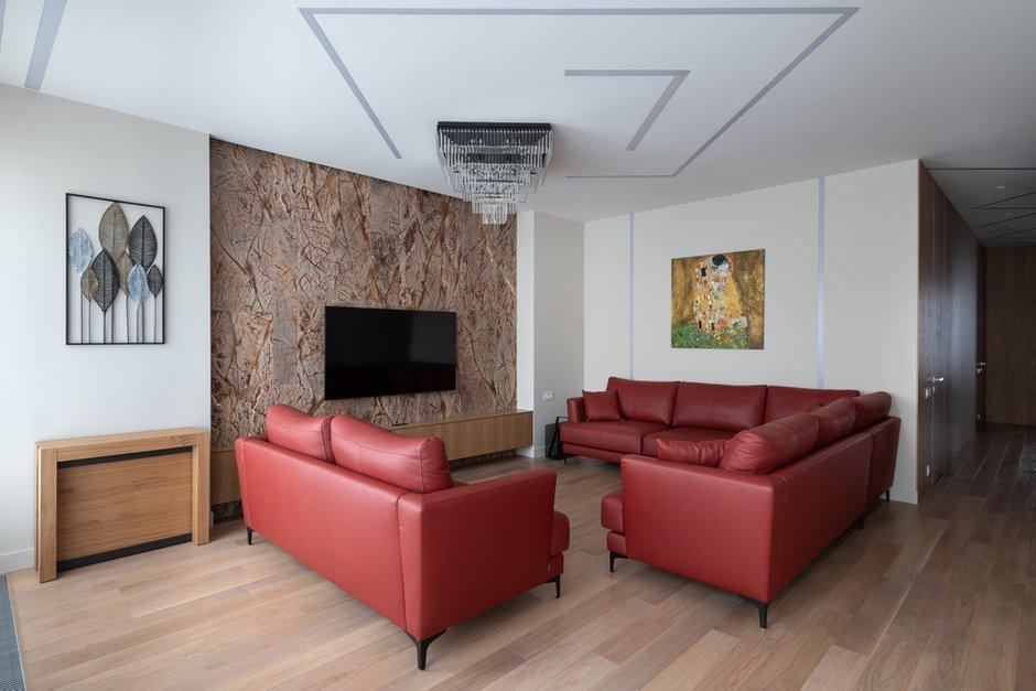 Мрамор в нише стал акцентным элементом в гостиной — он притягивает взгляд, сочетается с цветом дивана, придает роскоши помещению, натуральный камень всегда будет вне времени.