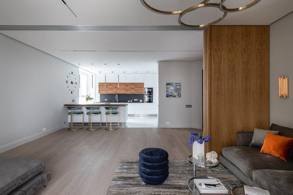 Для отделки стен в квартире использовано рельефное декоративное покрытие.