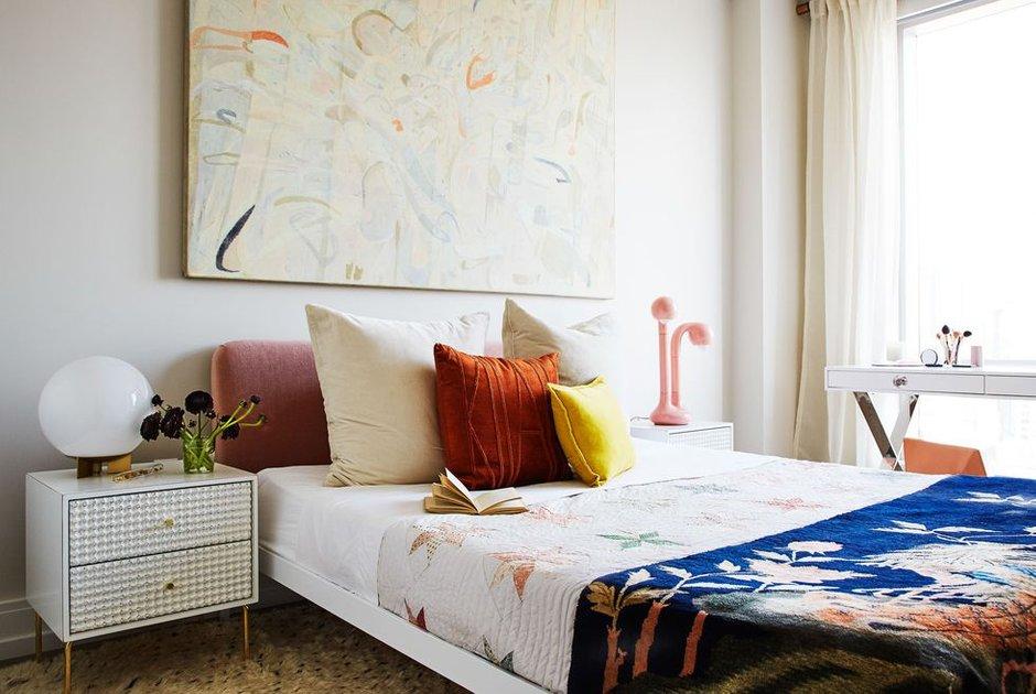 Фотография: Спальня в стиле Современный, Декор интерьера, Малогабаритная квартира, Квартира, Нью-Йорк, Гид – фото на INMYROOM