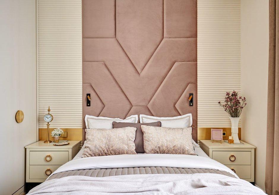 Спальни получились небольшого метража. В одной из них сделали стеновые панели до потолка, а в другой — просто низкое изголовье кровати.