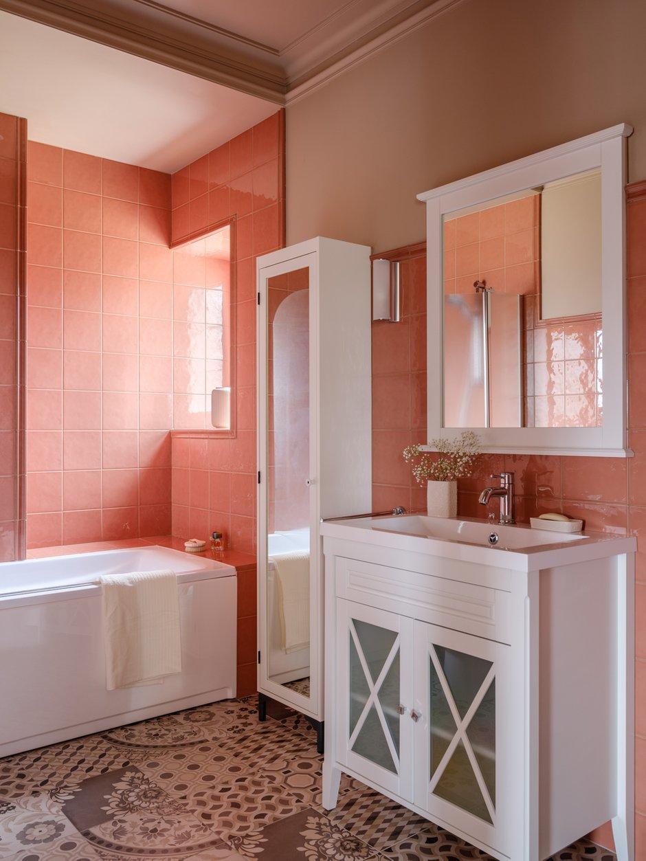 Яркая плитка в основной ванной комнате заряжает настроением.