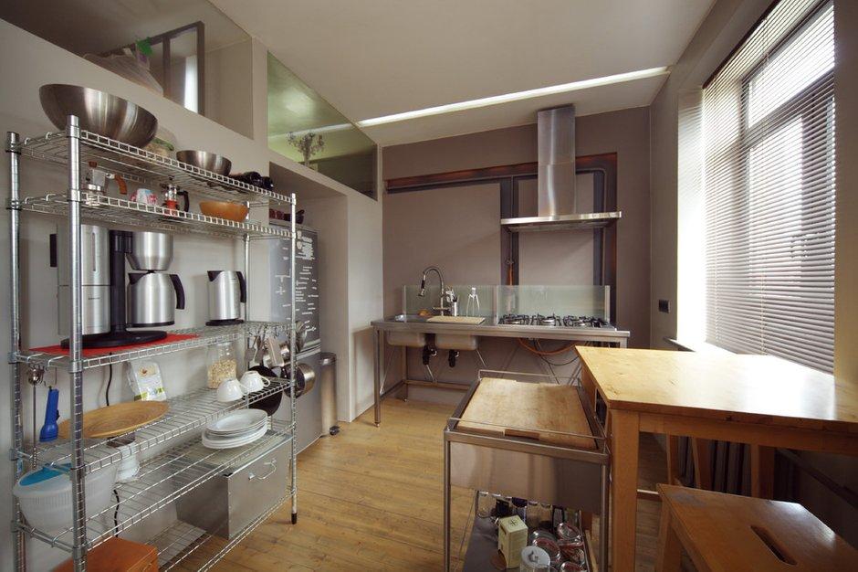 Фотография: Кухня и столовая в стиле Лофт, Малогабаритная квартира, Квартира, Цвет в интерьере, Дома и квартиры, Перепланировка, Серый, Пол, Подиум – фото на INMYROOM