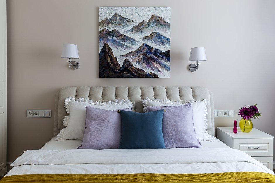 Текстиль делает пространство спальни более интересным и домашним.