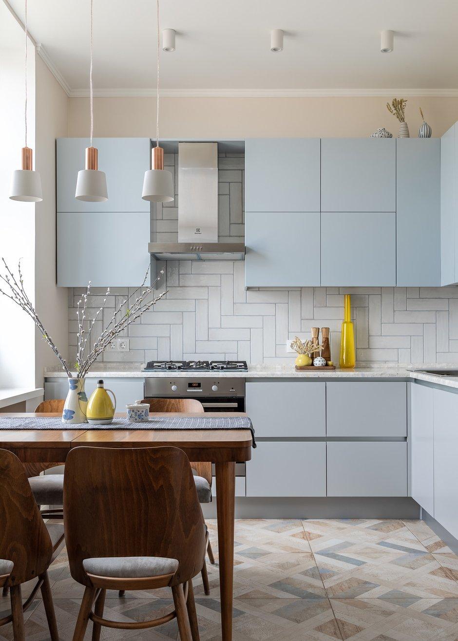 Кухню не переносили, но объединили с гостиной. Газовую плиту оставили, но по нормам сделали раздвижную перегородку между кухней и гостиной по эскизам дизайнеров. Духовка электрическая.