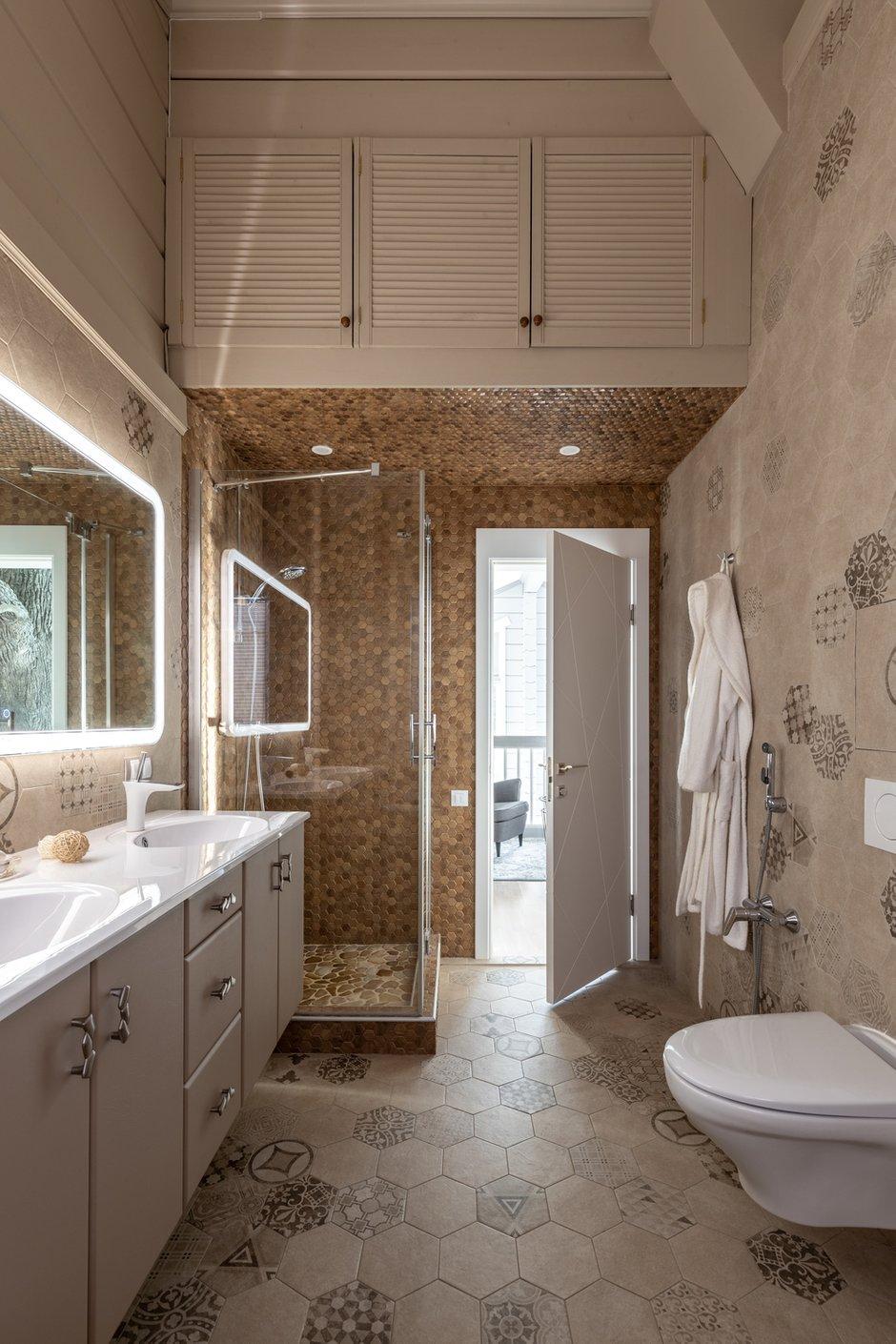 В ванной была организована большая антресоль, в которой небольшое пространство занимают трубы приточно-вытяжной вентиляции. Жалюзийные дверцы позволяют воздуху свободно циркулировать.