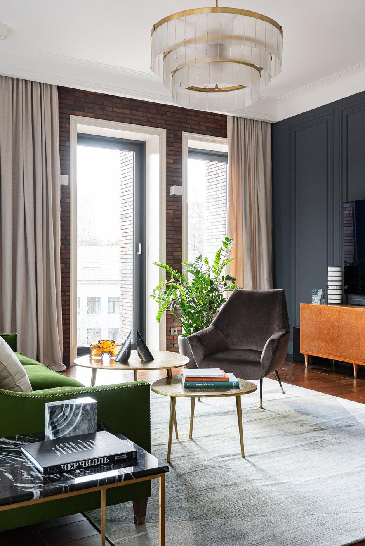 Вся столярка (кухня, двери, встроенные шкафы, тумбы и ванная) была выполнена на заказ. В гостиную добавили в качестве акцента винтажное кресло Minotti.