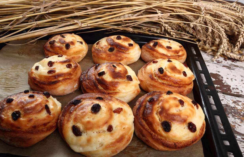 Сдобные булочки с изюмом рецепт фото